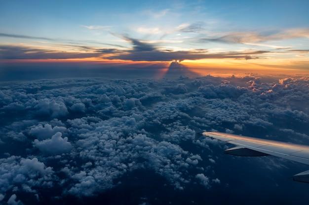 Крыло самолета в полете из окна, закатное небо