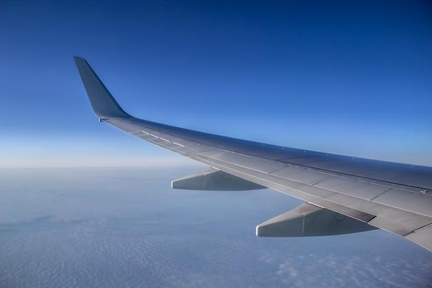 空の飛行機の翼。高いところからの眺め。