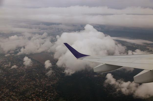 飛行機から空、雲までの飛行機の翼の眺め