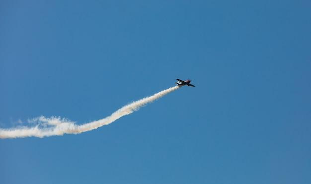 Самолет со следом дыма