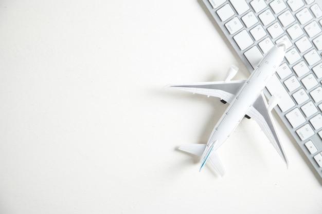 컴퓨터 키보드와 비행기입니다. 온라인 예약