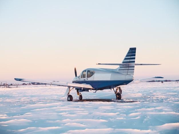 Самолеты припаркованы в небольшом аэропорту. легкий самолет на частном аэродроме