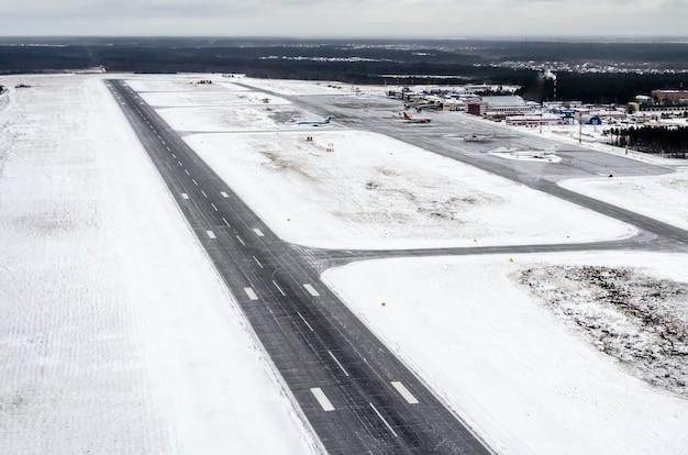 空港と冬の滑走路からの眺め