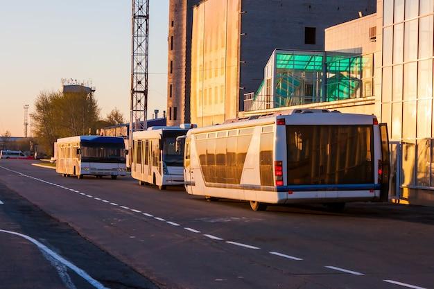 建設中のターミナル近くの朝の光の空港バス