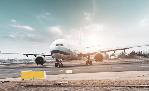 空港滑走路エプロンと旅客機