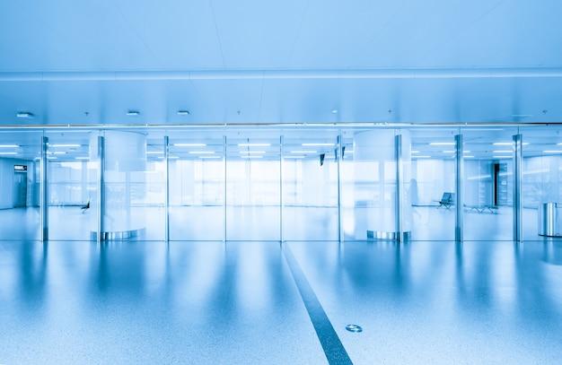 Доступ к терминалу аэропорта и стеклянные окна