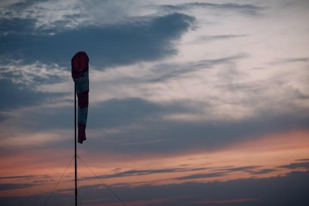 Ветроуказатель для аэропортов или конус ветра для индикации местного направления ветра.