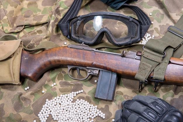 보호 안경과 총알이 많은 장난감 총