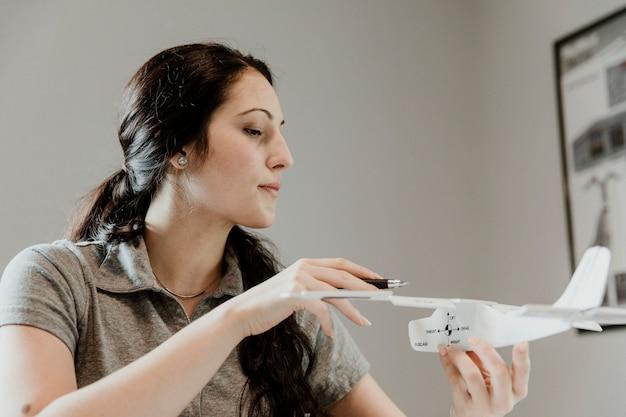 飛行機の空気力学を研究しているエアウーマン