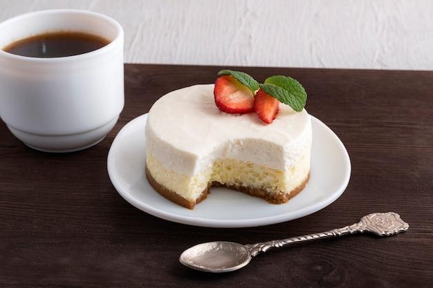 Воздушный сырный десерт, чайная ложка и чашка кофе