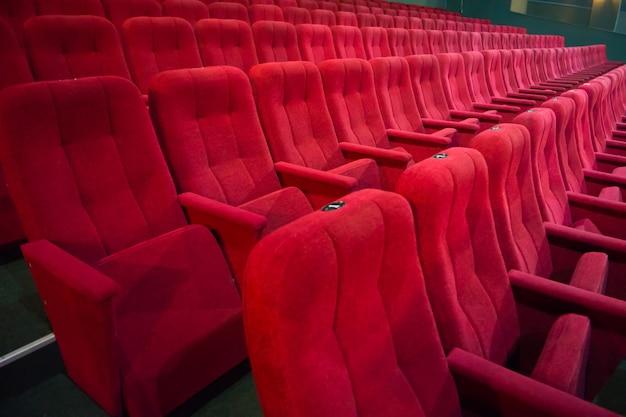 Проход с рядами красных сидений в современном театре