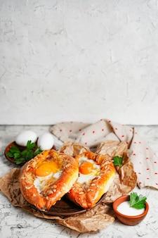 Аджарский хачапури традиционное грузинское сырное тесто с яйцами скопируйте место для вашего текста