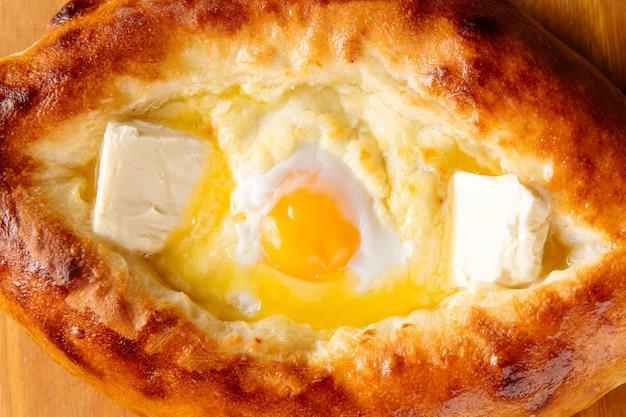 卵と液体の黄身とアジャリアのハチャプリ