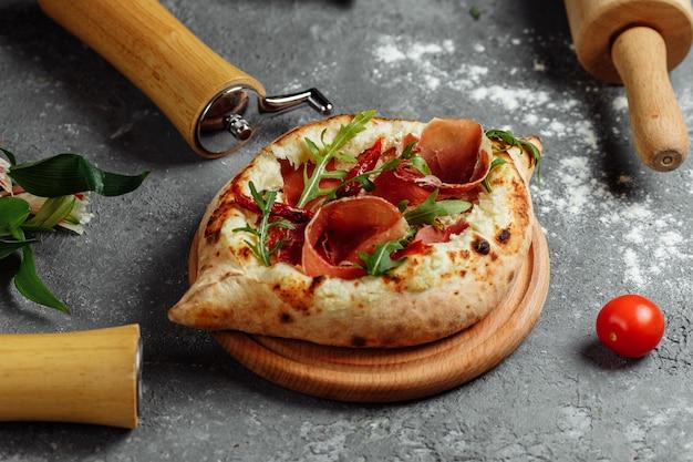 アジャリアの伝統的なフラットブレッド-ハモン、チーズ、ハーブを添えたハチャプリまたはハチャプリ。