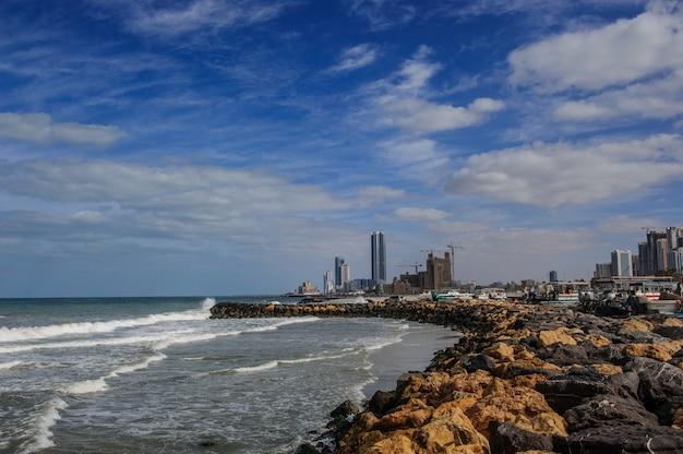 높은 주거용 건물로 둘러싸인 도시 시내 지역의 ajman corniche beach 아름다운 해안