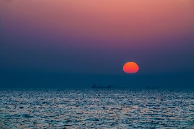アジュマーン。ペルシャ湾の夕日。海景。アジュマーン首長。