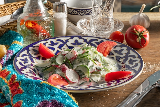 Ak bura-大根、きゅうり、にんにく、トマト、ハーブのサワークリーム添えの伝統的なウズベクサラダ