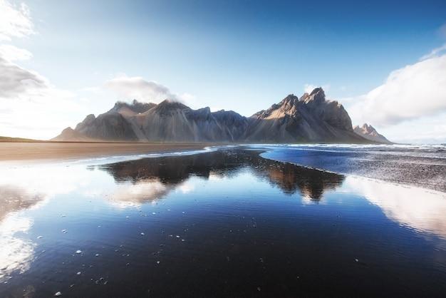 Красивый ake jokularlon с предпосылкой горы и голубого неба, предпосылкой ландшафта сезона исландии