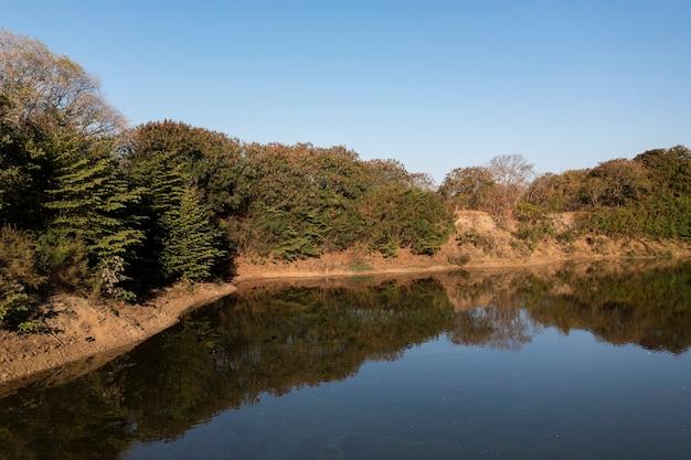 Аке с отражениями от берега и деревьев.