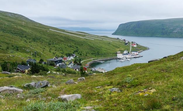 Akkarfjord는 노르웨이 finnmark의 hammerfest 시정촌에있는 soroya 섬의 작은 어촌 마을입니다.