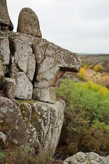 Актовский каньон и осенние деревья и большие каменные валуны вокруг