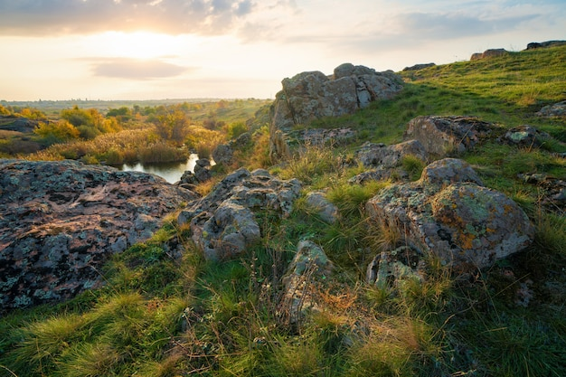 Актовский каньон в украине окружен большими каменными валунами