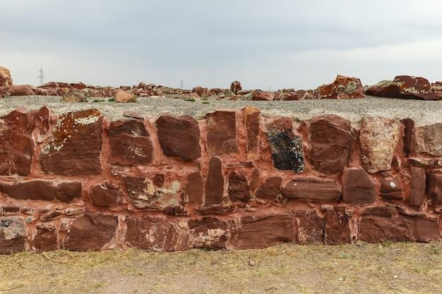 アクルタスパレスコンプレックス。カザフスタン。赤い砂岩の壁。