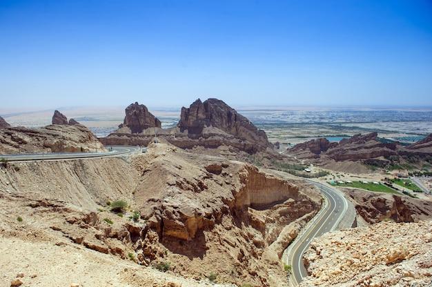 青い空を背景にアルアインのアルアインジャバルハフィート山の風景の景色