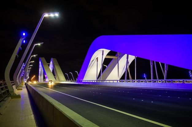 アラブ首長国連邦、アブダビのアルマクタム橋。