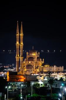 Мечеть аль-сахаба на фоне ночного неба в шарм-эль-шейхе