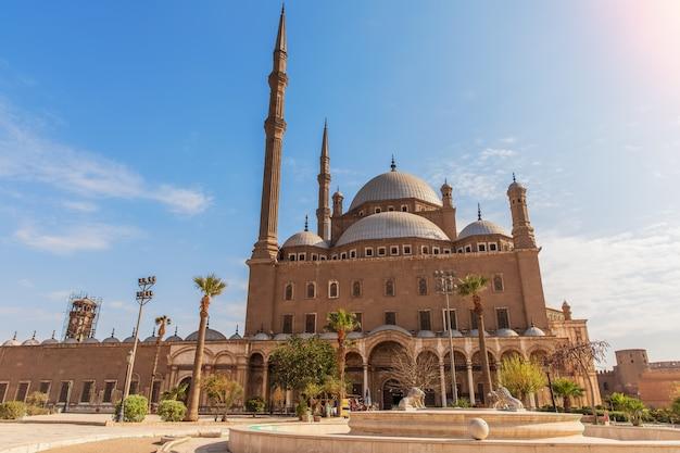 Алебастровая мечеть в каире, прекрасный дневной вид.