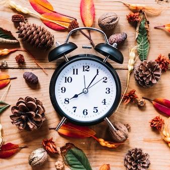 コーンの花と葉の間の目覚まし時計