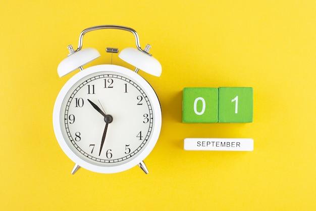 Будильник и дата первого сентября календарь