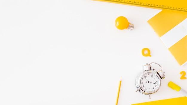 모듬 된 편지지 근처 알람 시계와 전구