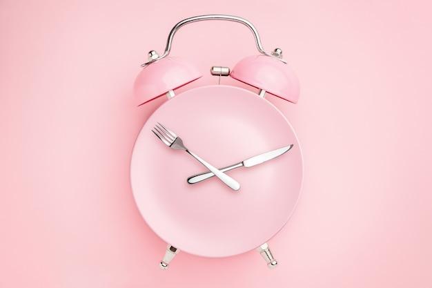 目覚まし時計とカトラリー付きプレート