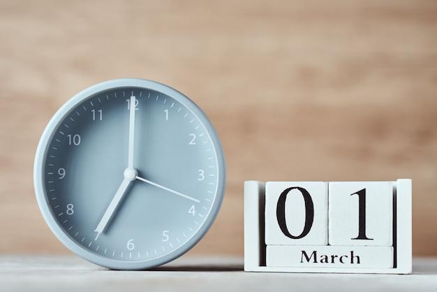 目覚まし時計と木製ブロックカレンダー