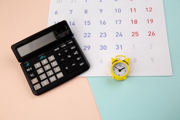 알람 시계, 계산기 및 달력-비즈니스 또는 세금 시간 개념.