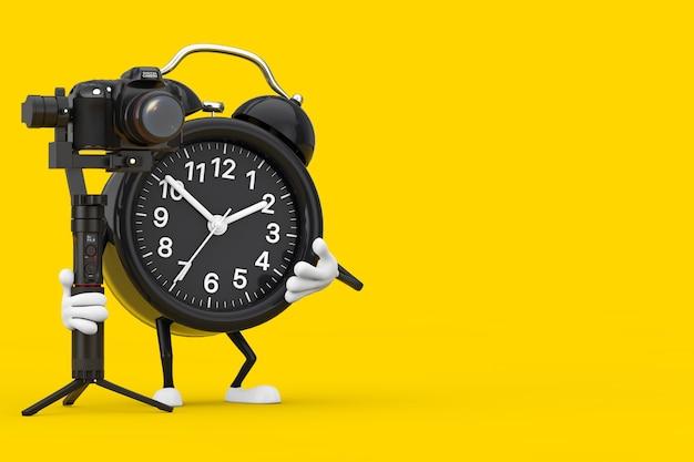 노란색 배경에 dslr 또는 비디오 카메라 짐벌 안정화 삼각대 시스템이 있는 알람 시계 캐릭터 마스코트. 3d 렌더링