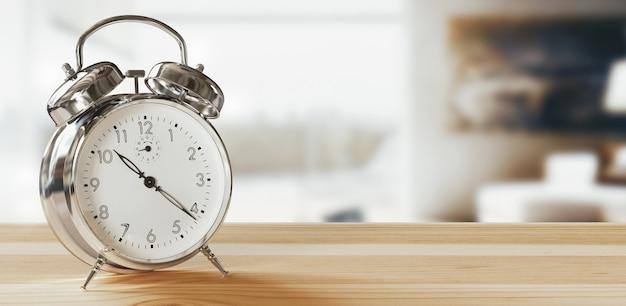 目覚まし時計のクローズ アップは、朝の日差しの中でコーヒーと植木鉢を背景に良い一日を過ごすことができます。