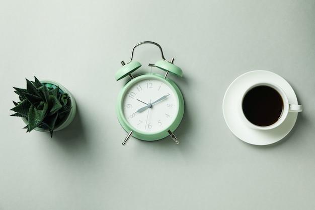 目覚まし時計、コーヒー、ライトグレーの多肉植物
