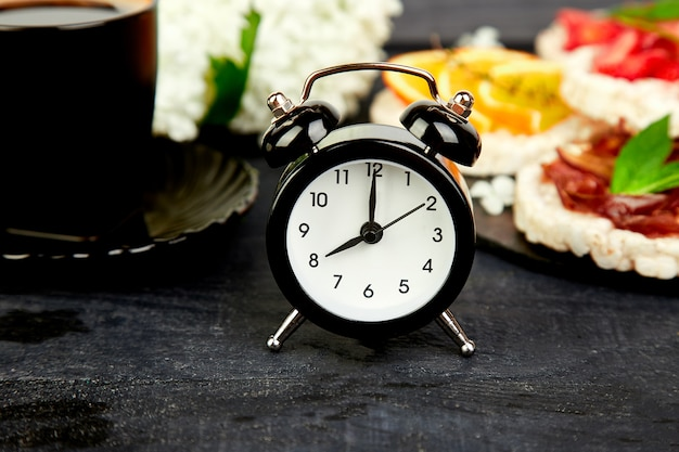 目覚まし時計は一杯のコーヒーで良い一日を過ごします
