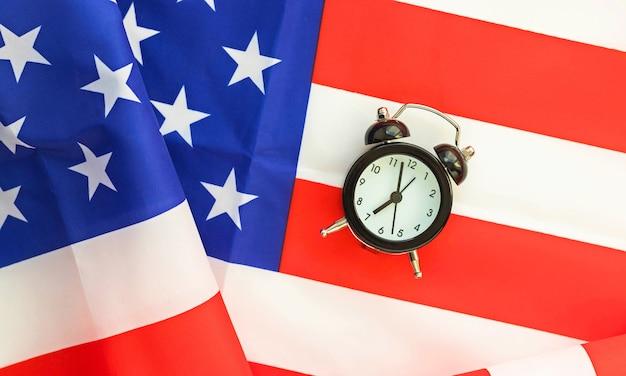 Будильник на американском флаге.