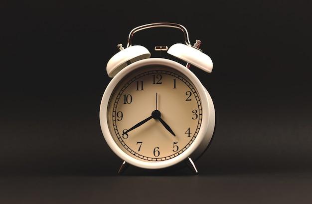 黒の背景に目覚まし時計、孤立した写真