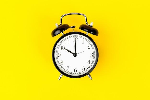 明るい黄色の目覚まし時計をクローズアップ