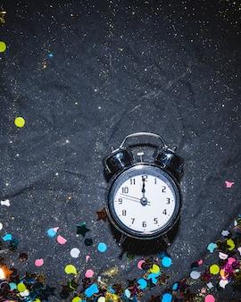 お祝いの床に目覚まし時計