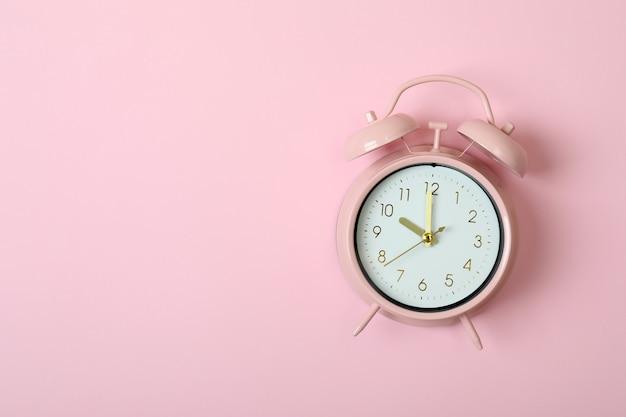 분홍색 배경, 텍스트를위한 공간에 알람 시계