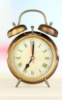 青のテーブルの上の目覚まし時計 Premium写真