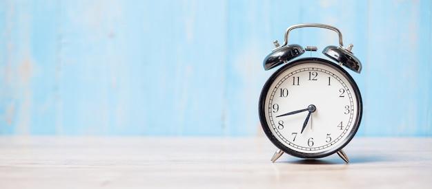 コピースペースのあるテーブルの目覚まし時計
