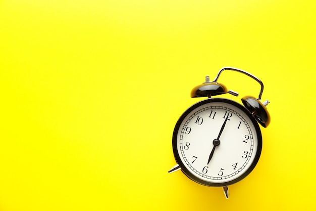 노란색 바탕에 알람 시계