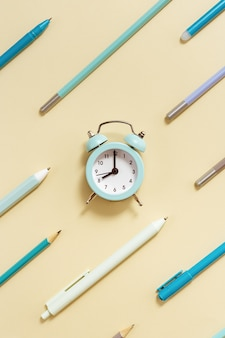 Будильник показывает 8 часов утра, чтобы пойти в школу. концепция creative flat с часами